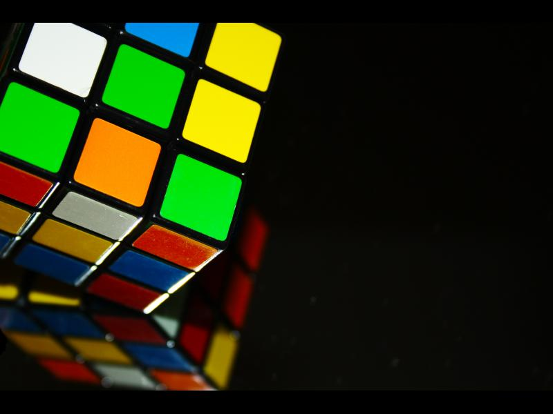 Момче на 8 години реди кубчето на Рубик със завързани очи