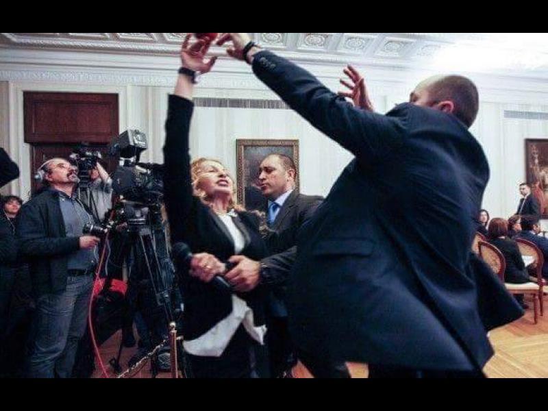 Скандал: Охранители изведоха насила Беновска от отчета на Плевнелиев /ВИДЕО/
