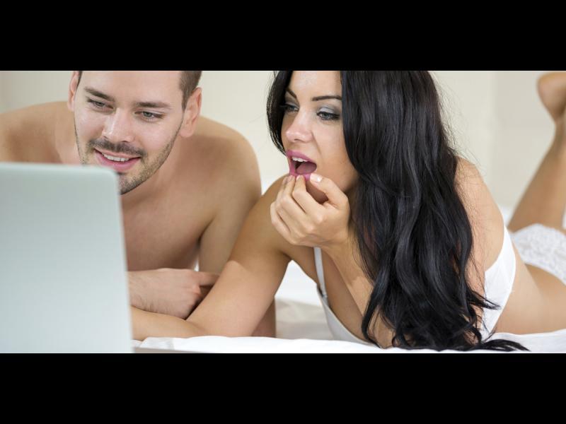 10 мъжки мисли, когато гледате порно заедно