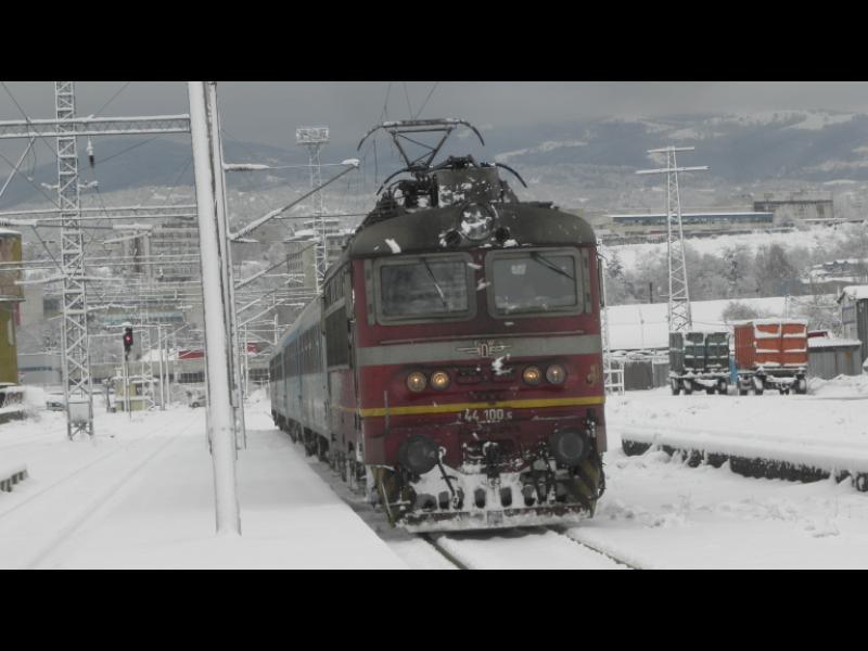 Локомотив блъсна с висока скорост вагони с пътници в Мездра - картинка 1