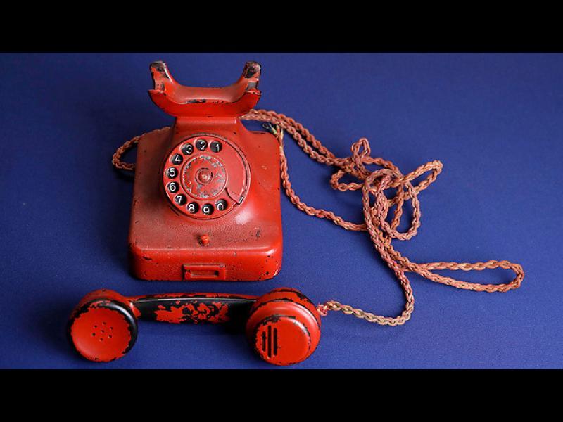 Продадоха червения телефон на Хитлер за 243 000 долара