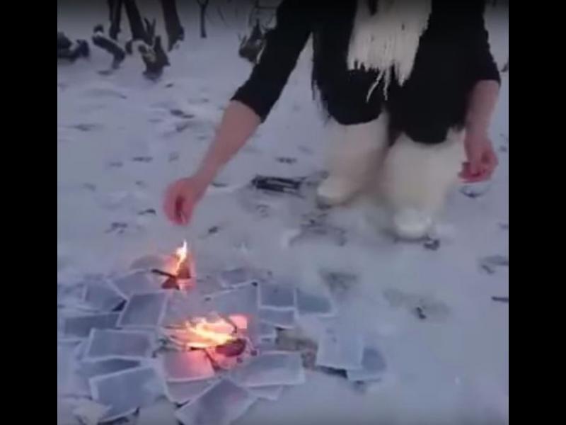 """Жена скъса и изгори Корана, уринира върху него и заплаши, че """"ще преследва навсякъде мюсюлманските паразити"""""""