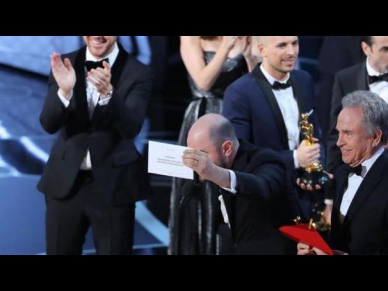Абсурд: Връчиха Оскар на грешния човек (ВИДЕО)