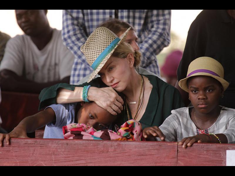 Мадона показа осиновените си близначки от Малави /ВИДЕО/