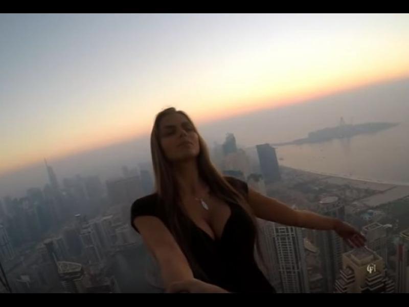 Руска моделка увисна над бездна от небостъргач в Дубай /ВИДЕО/