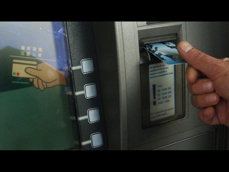 С колко ни дерат невидимите такси на банките