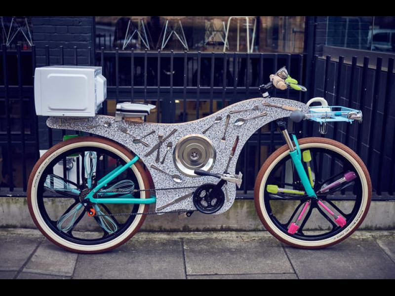 Уникален велосипед, направен от 74 кухненски прибора