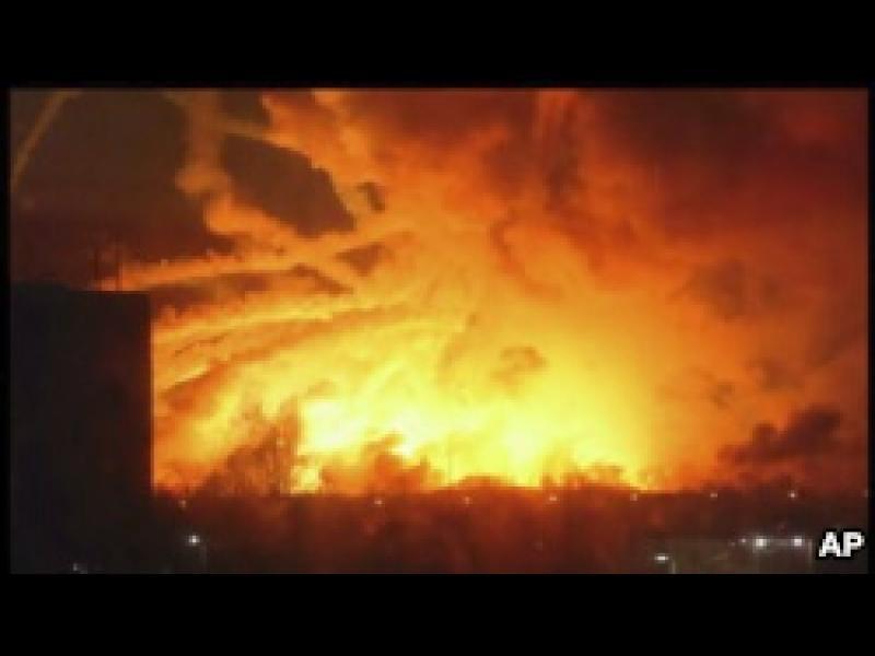 Пожар бушува в оръжеен склад в Източна Украйна /ВИДЕО/