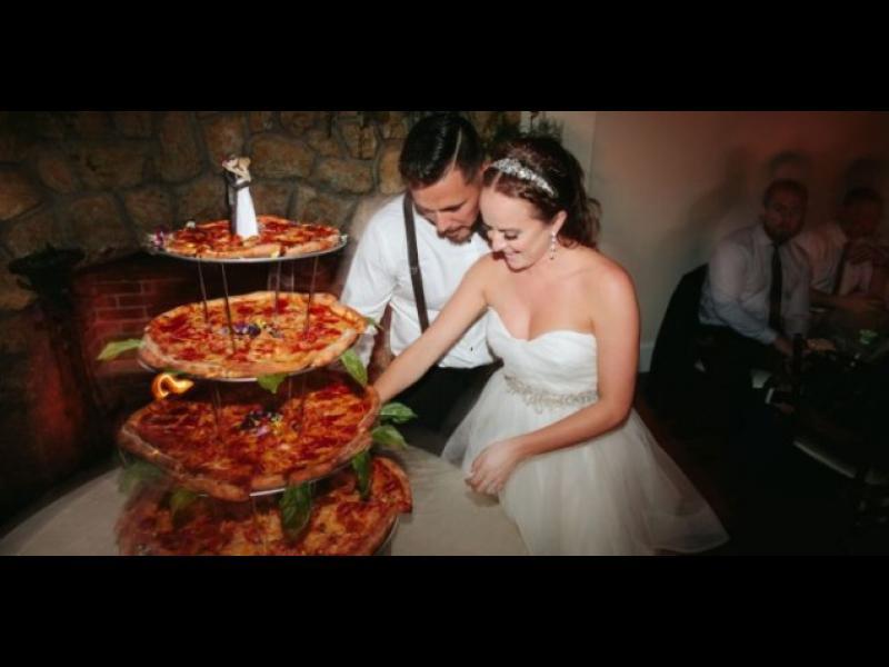 Младоженци сервираха пица вместо торта на сватбата си