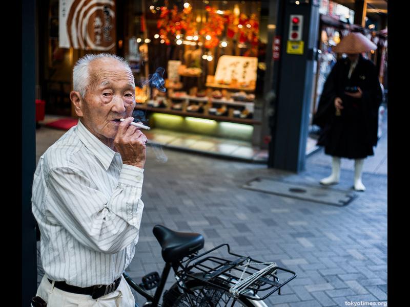 Възрастните японци връщат книжката и получават отстъпка за погребение
