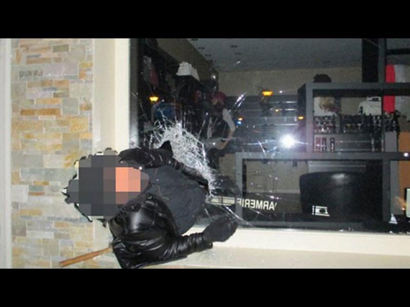 Крадец заседна в прозорец, полицията го взе на майтап