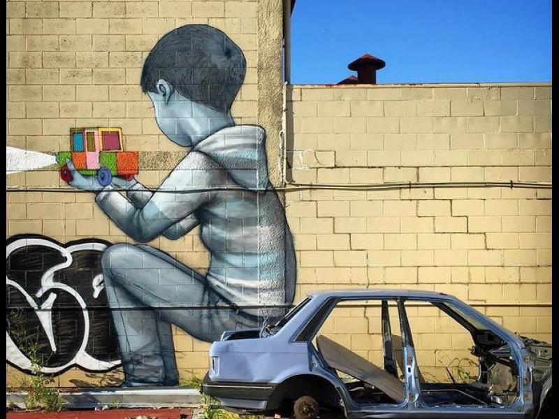Големи цветни рисунки върху скучни сгради