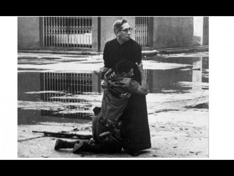 Между живота и смъртта: свещеникът и умиращият войник