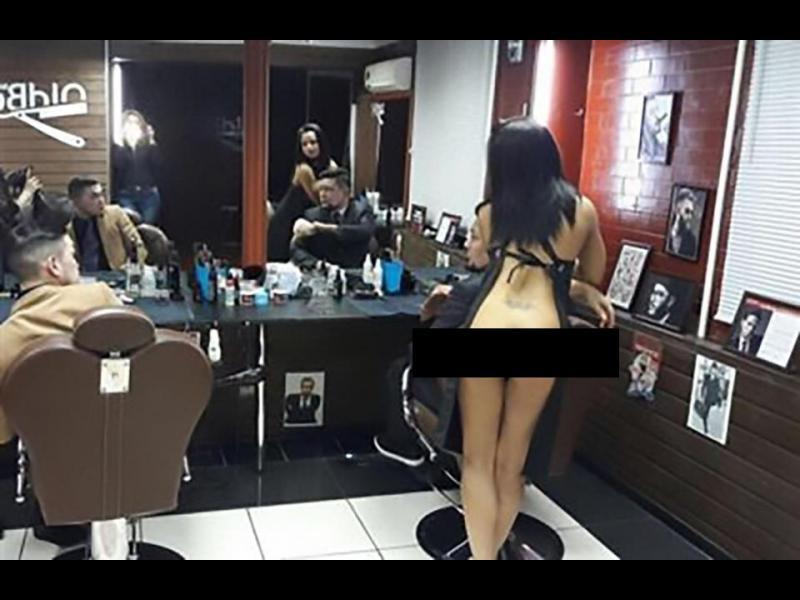 Салонът, в който фризьорките подстригват...голи /СНИМКИ 18+/