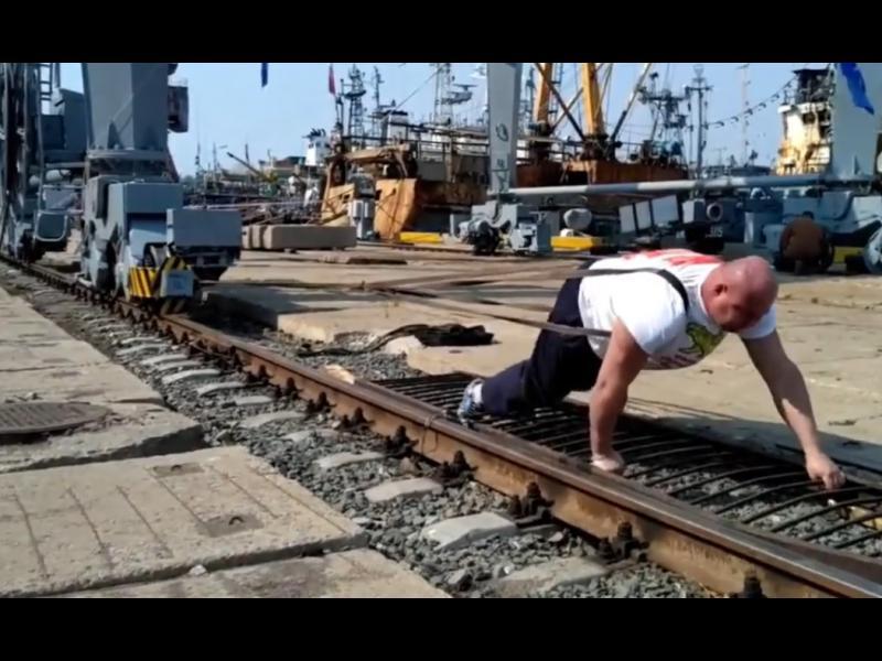 Руснак премести пристанищен кран с тегло над 300 тона /ВИДЕО/