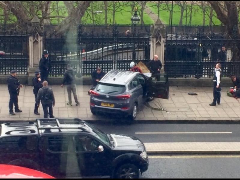 На живо: Стрелба до парламента в Лондон