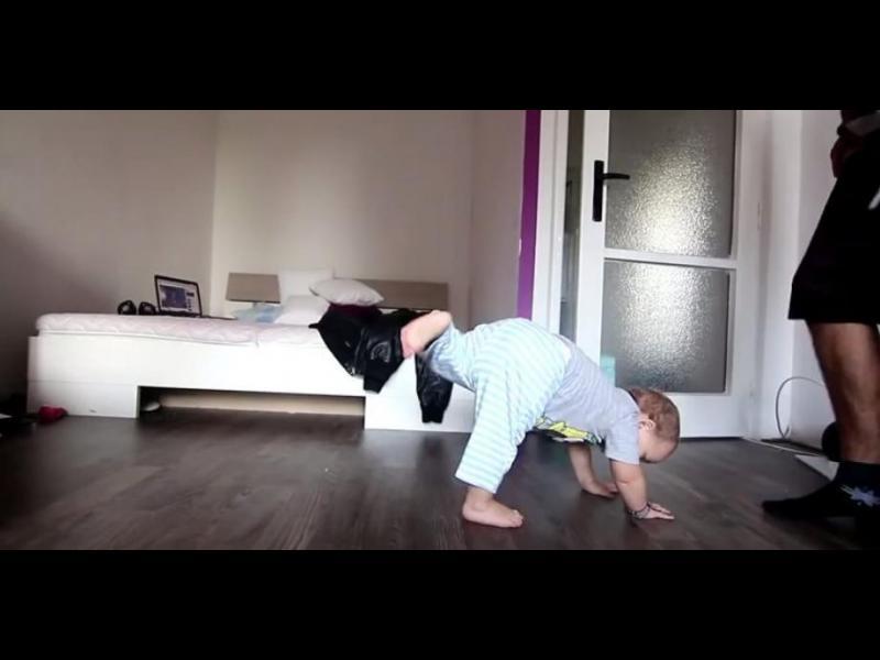 Татко учи бебето си да танцува брейк /ВИДЕО/