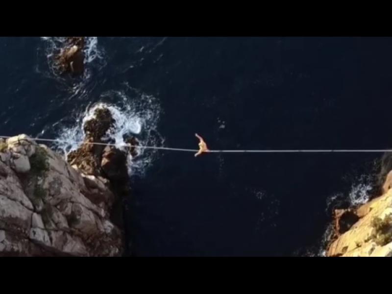 Разходка по въже 300 метра над морето /ВИДЕО/