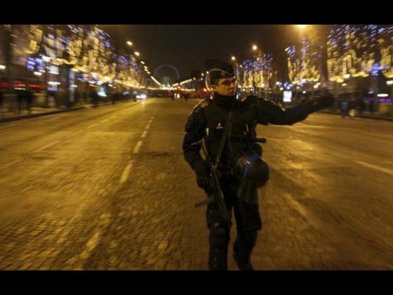 """Стрелба в Париж, полицай убит, """"Шанз-Елизе"""" затворен /ВИДЕО/"""