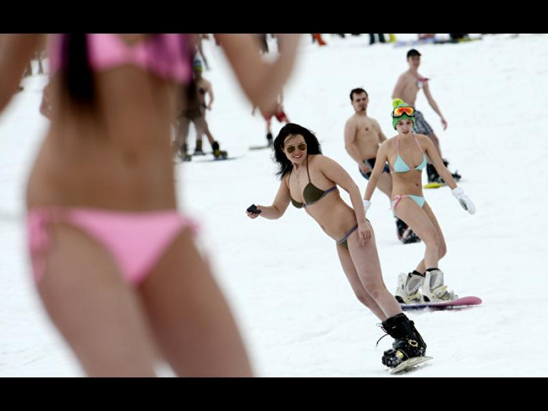 Ентусиасти по бански караха сноуборд за рекорд /ВИДЕО/