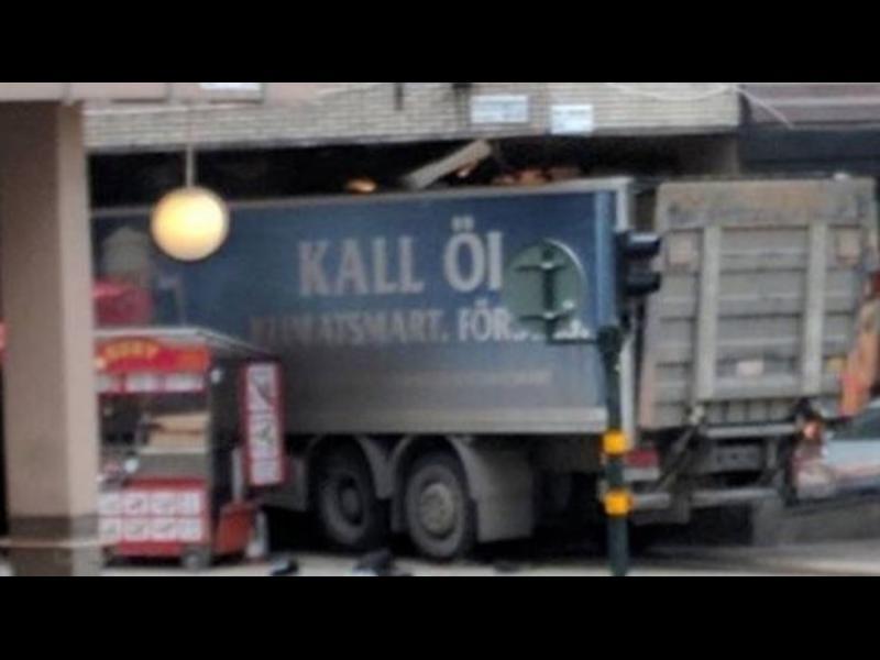 Стокхолм: Камион прегази хора в пешеходна зона, има три жертви