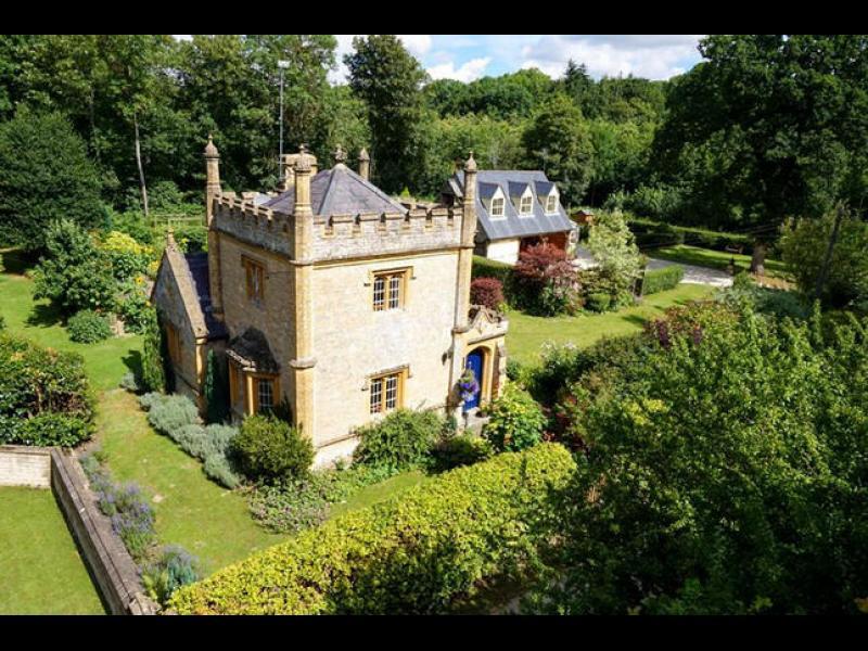 Най-малкият замък в Англия, струващ колкото един апартамент в Лондон