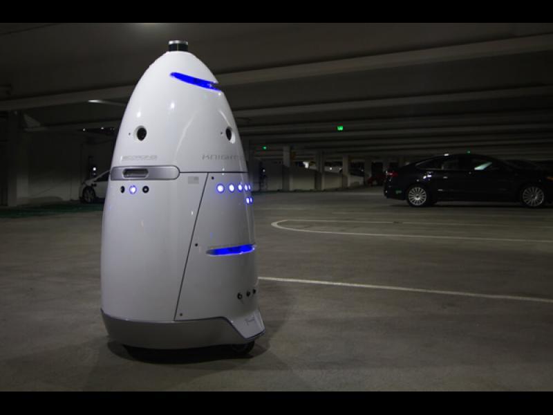 Добре дошли в бъдещето: Пиян бие робот на паркинг