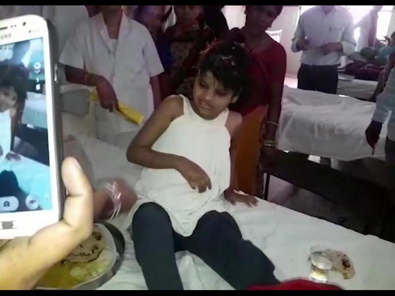 В Индия откриха момиче, отгледано от маймуни (Видео)