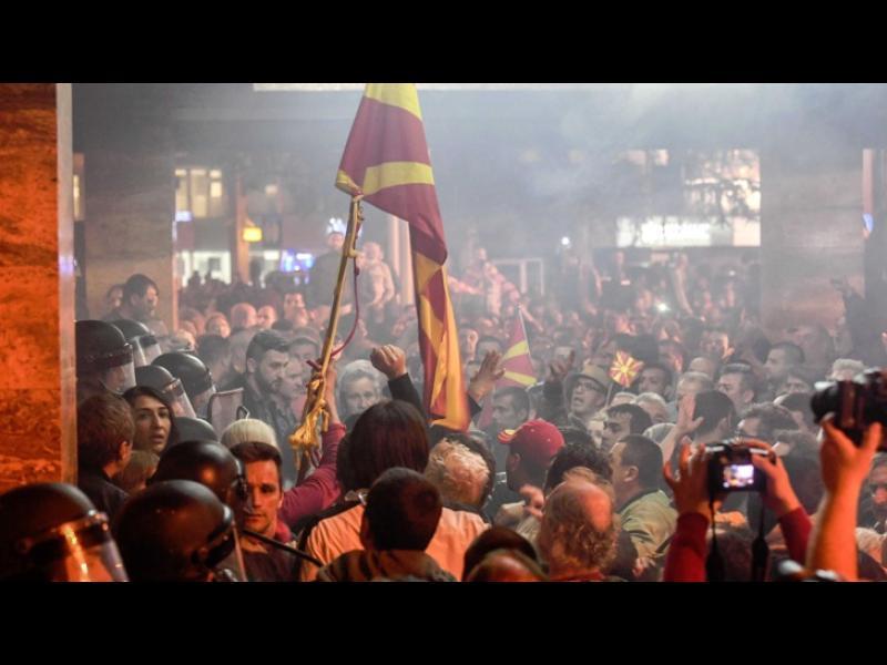 Протести и бой в македонския парламент