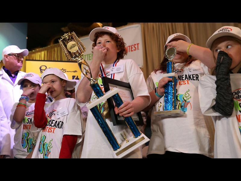 И победителят в конкурса за най-смърдящи маратонки е....?