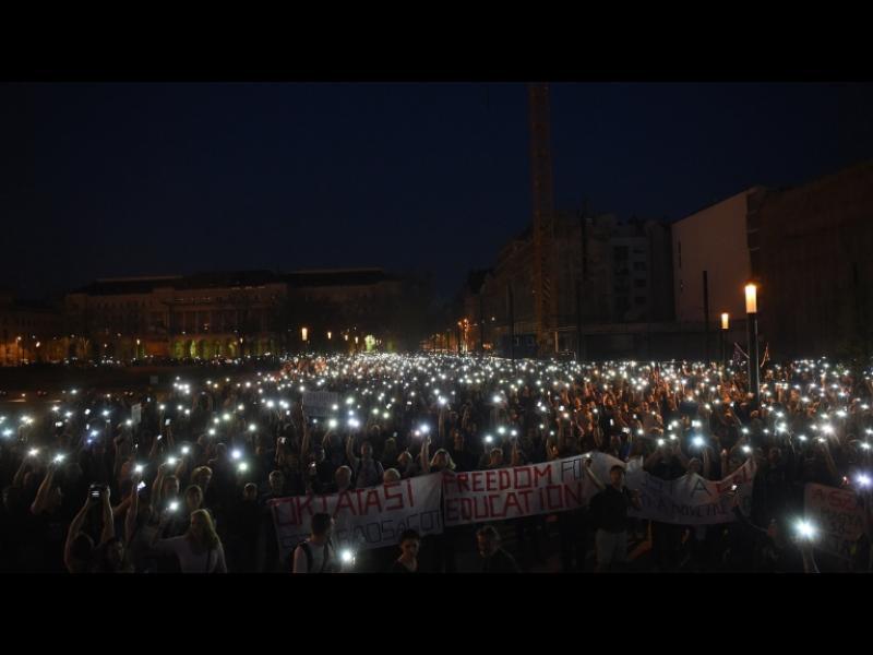 Хиляди излязоха на протест в Унгария срещу закриването на университет на Сорос