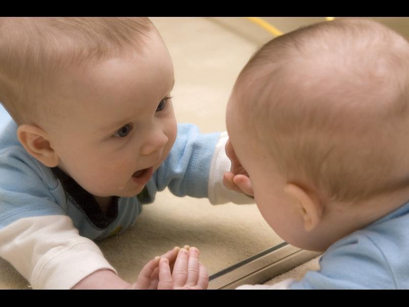 Когато бебето открива огледалото /ВИДЕО/