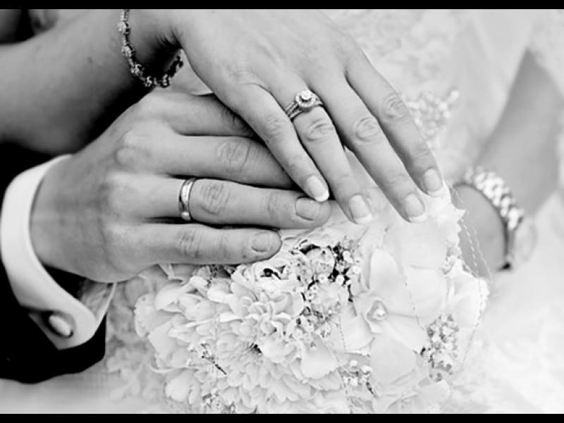 Младоженец плати на 200 души да се правят на негови роднини и приятели