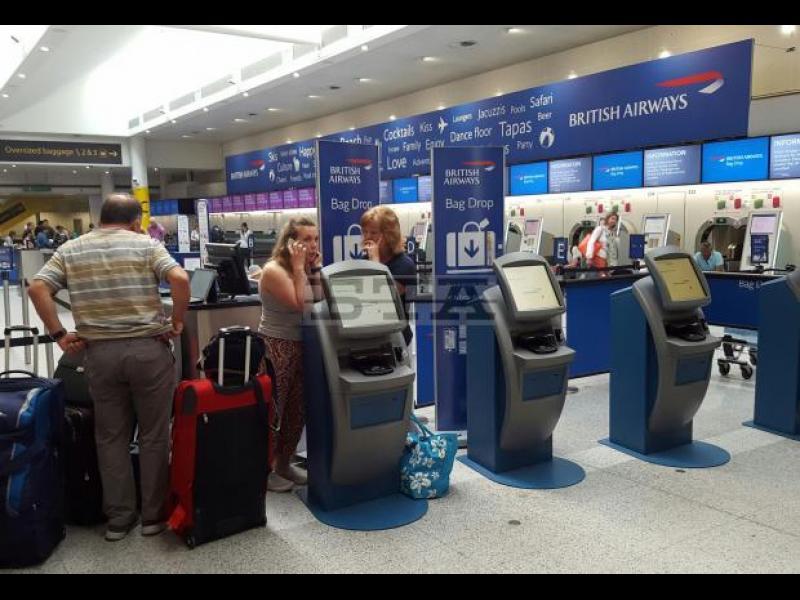 """Стотици пътници на """"Бритиш еъруейз"""" все още чакат на летище """"Хийтроу"""" след срива в компютърната система в събота"""