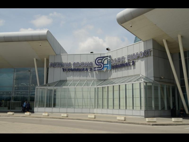 Закопчаха двама граничари от летище София за разбития канал за бежанци