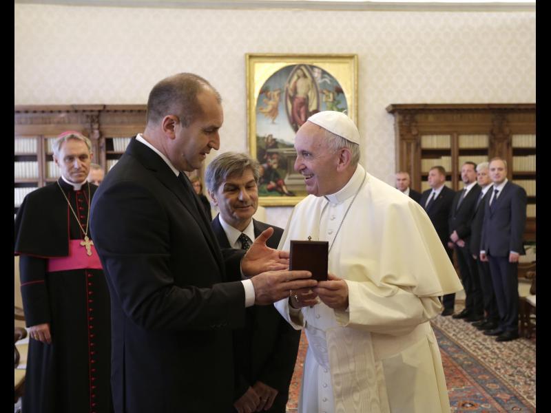 Румен Радев награди с орден директора на протокола във Ватикана