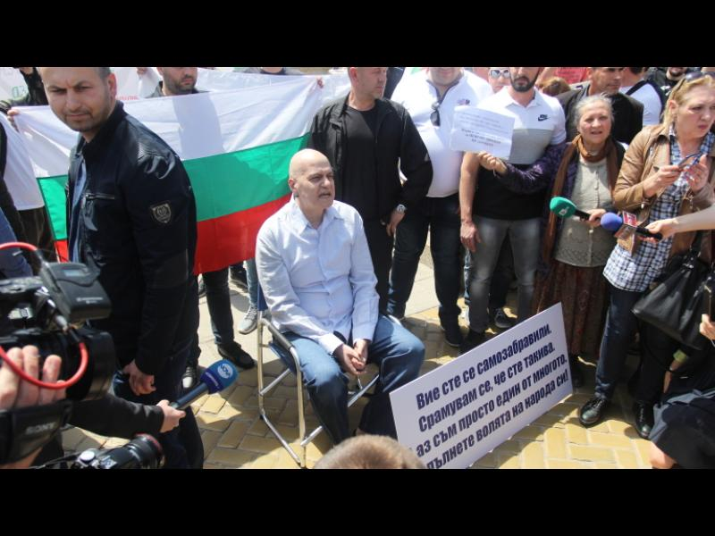 На живо: Слави Трифонов протестира пред парламента