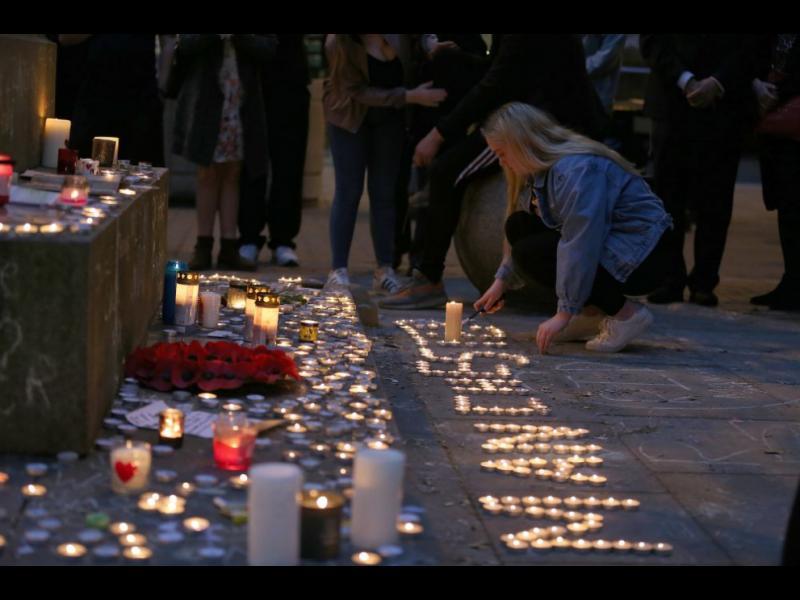 Една седмица след атентата в Манчестър - бдение в памет на жертвите (СНИМКИ)