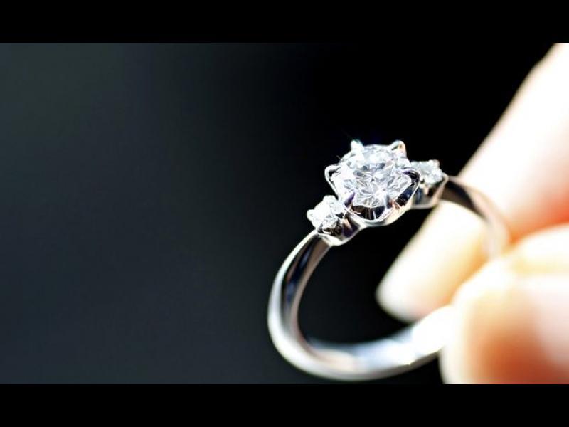 Тя носи годежния си пръстен повече от година, без да знае! /ВИДЕО/