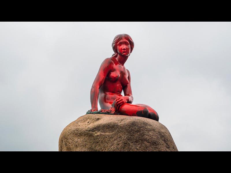 Боядисаха в червено Малката русалка в Копенхаген