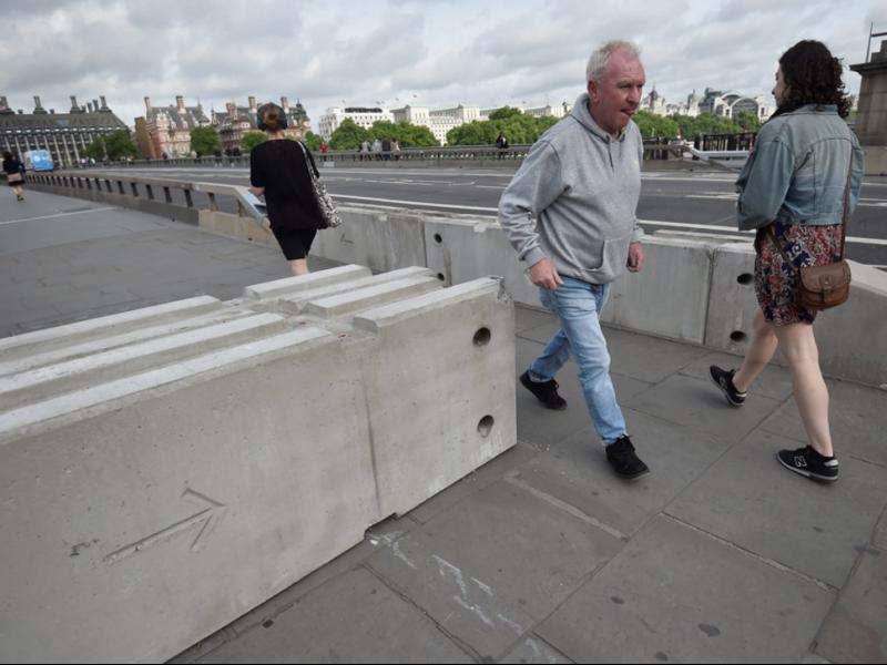 Сложиха бетонни заграждения на лондонските мостове