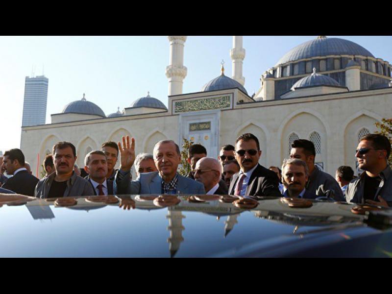 Ердоган припадна в джамия, след това говори пред журналисти