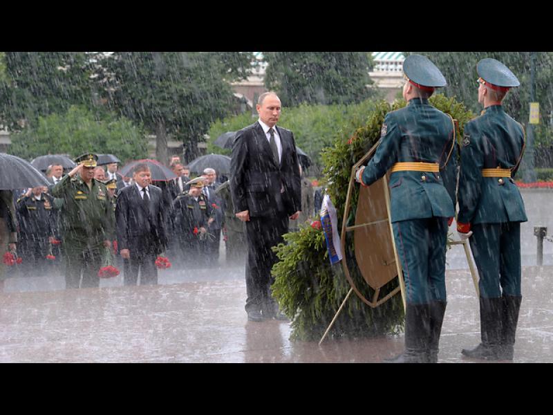 Путин отказа чадър на възпоменателна церемония за жертвите на ВСВ