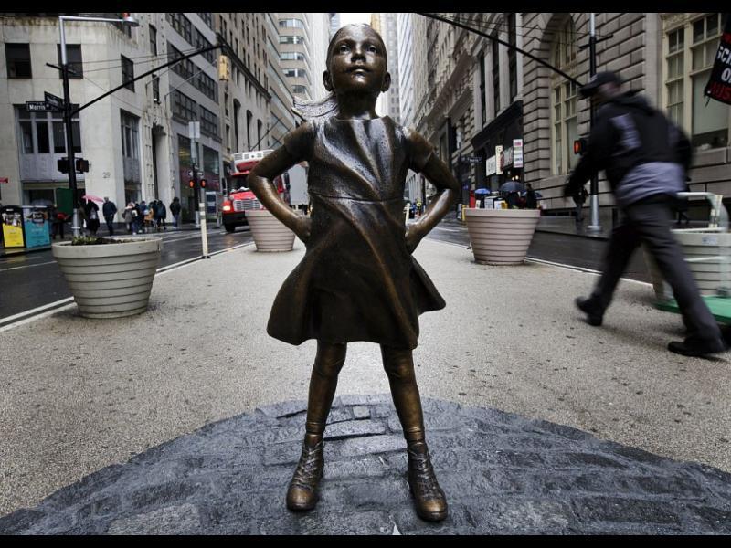 Статуя на пикаещо куче се появи до Безстрашното момиче на Уолстрийт