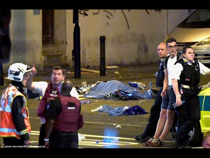 Бус се вряза в мюсюлмани пред джамия в Лондон (ВИДЕО+СНИМКИ) - картинка 1