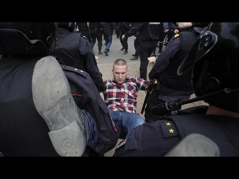 Арестуваха Навални пред дома му на отиване на протест в Москва