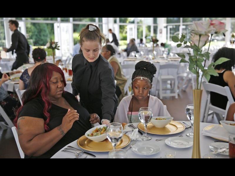 Американка превърна провалена сватба в парти за бездомници