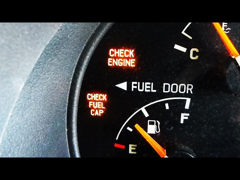 Колко километра Ви остават, когато светне лампата за горивото?