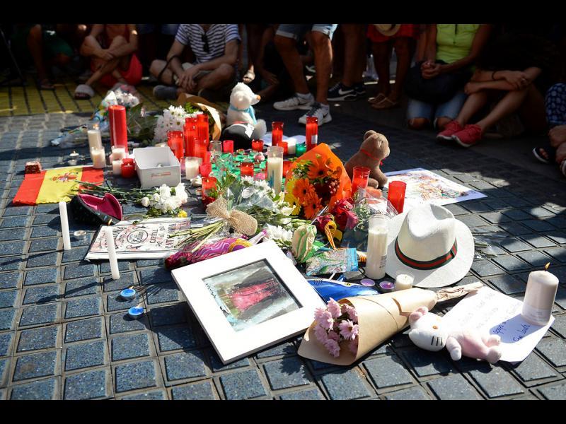 Хиляди почетоха жертвите на атентата в Барселона /СНИМКИ/