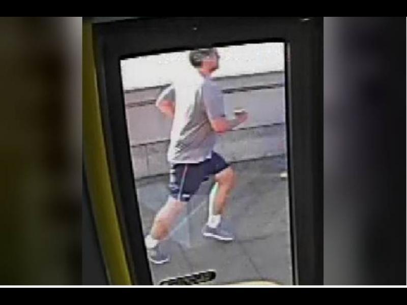Лондонската полиция арестува мъжа, бутнал жена пред движещ се автобус (ВИДЕО) - картинка 1